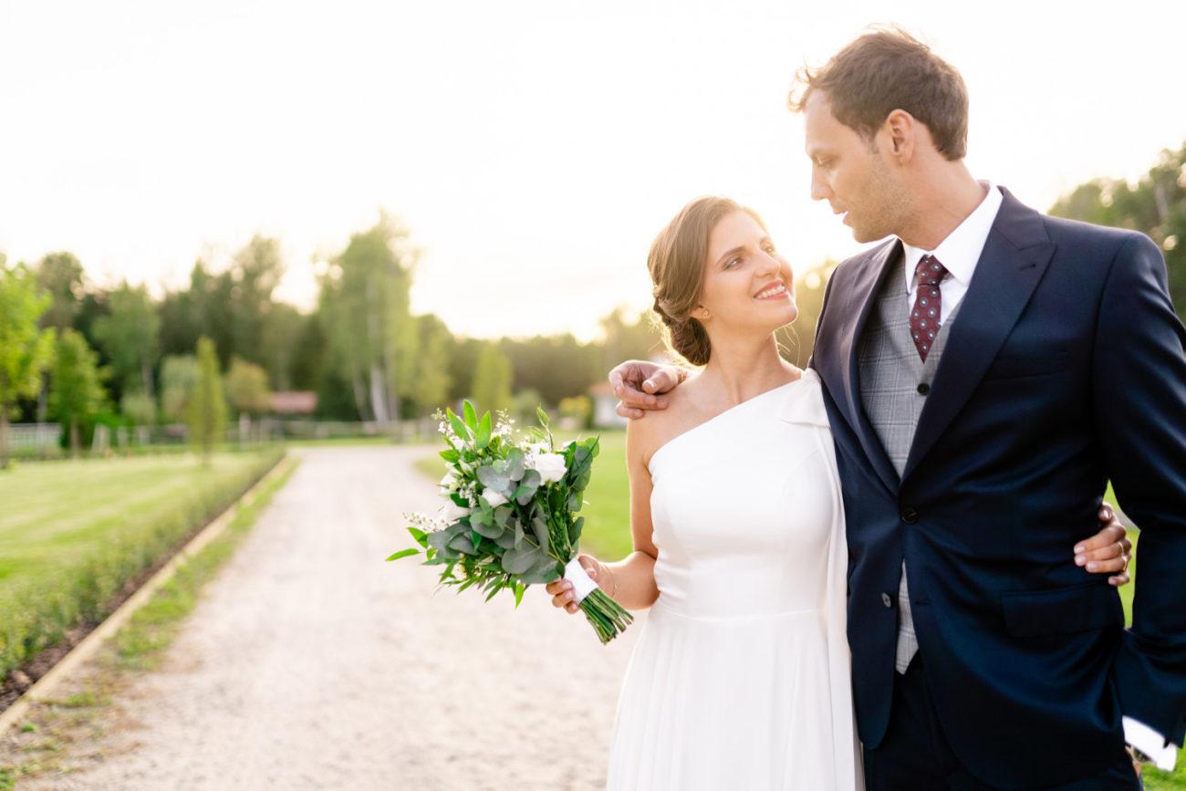 piękna i naturalna para młoda na zdjęciach ślubnych Piotra Hołowienko