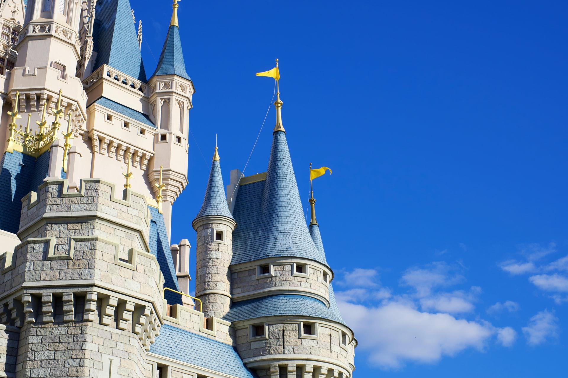 Jak zorganizować eleganckie wesele w pałacu lub zamku w stylu glamour?